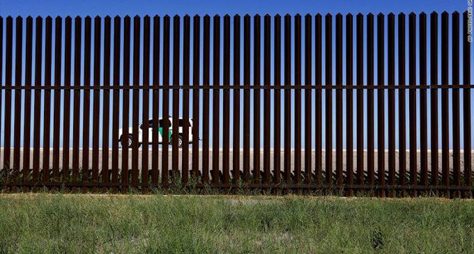 Estados Unidos comienza a construir prototipos para el muro fronterizo con México