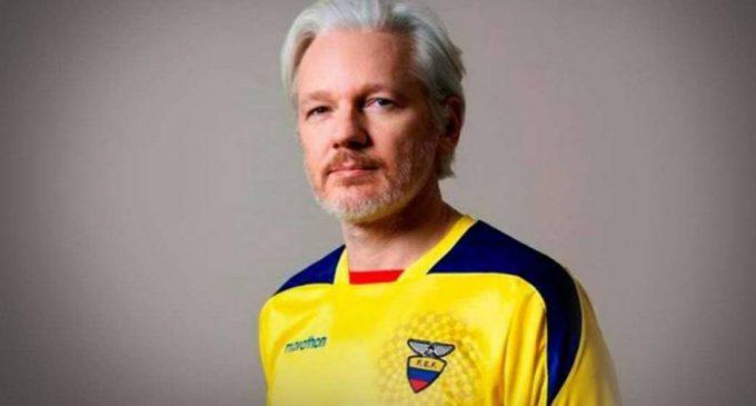 Assange figura con cédula ecuatoriana