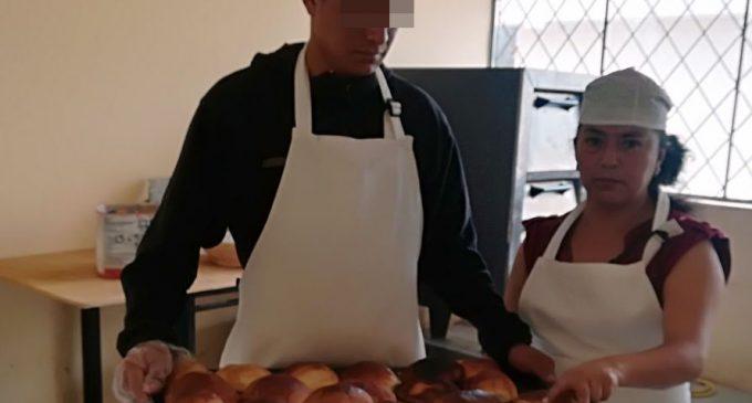 Adolescentes infractores del CAI Riobamba aprenden a elaborar pan