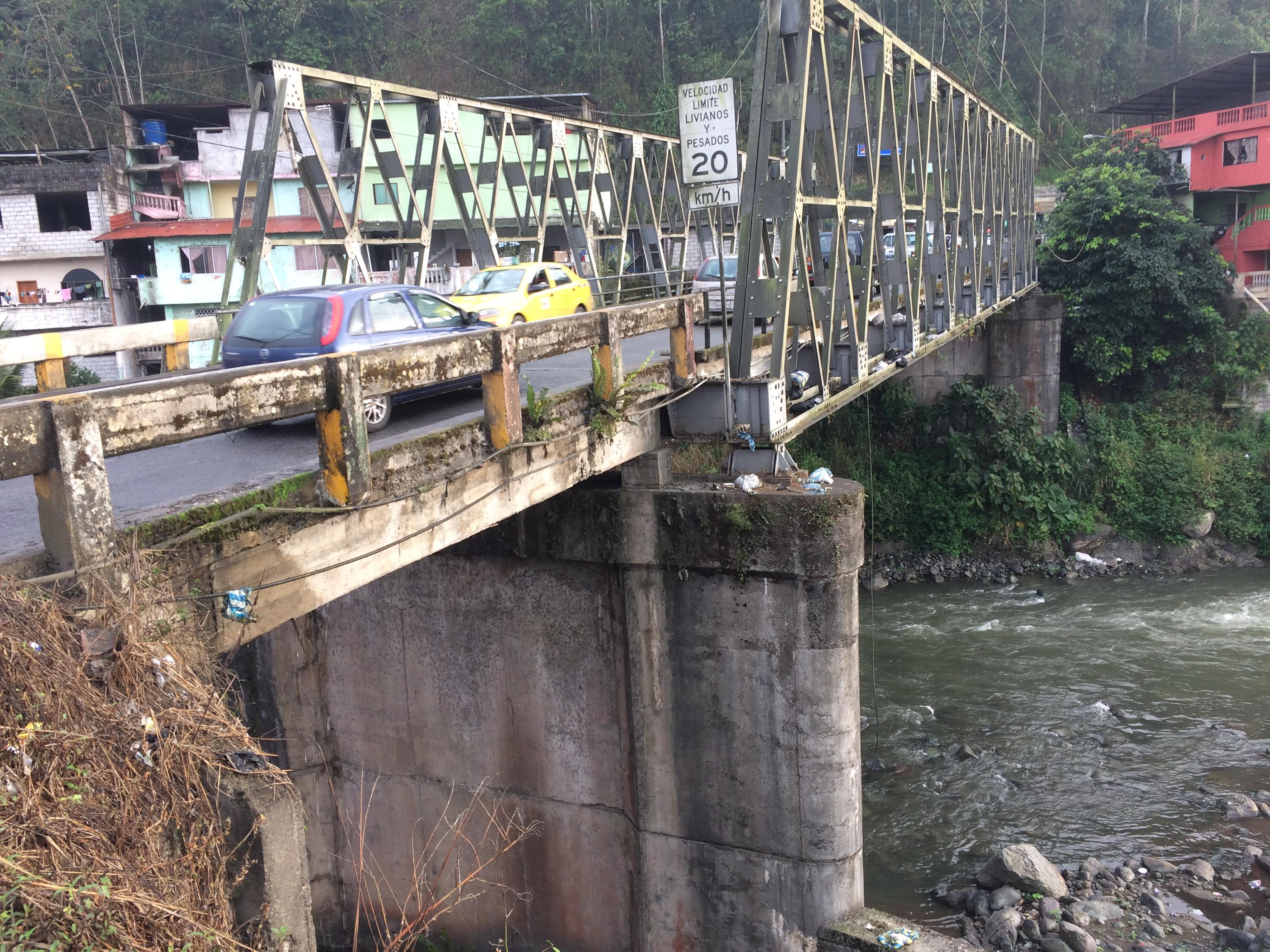 Cierre de puente sobre río Chimbo