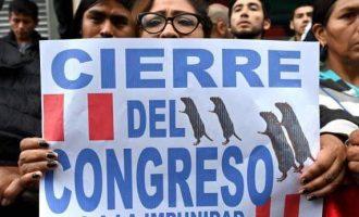 Presidente de Perú disuelve el congreso