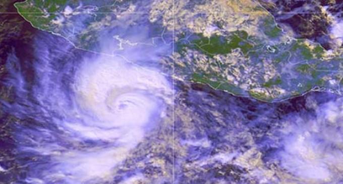 El huracán 'Raymond' se debilitó pero el riesgo continúa en las costas