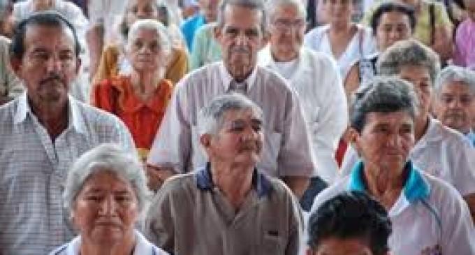 Adultos mayores, a la espera de pensión