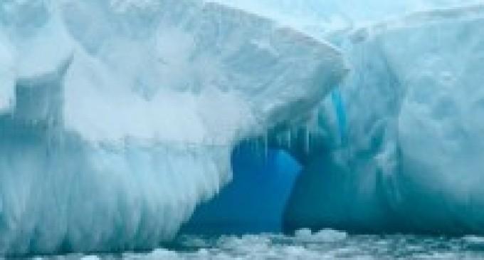 Canales del tamaño de la torre Eiffel derriten el hielo de la Antártida
