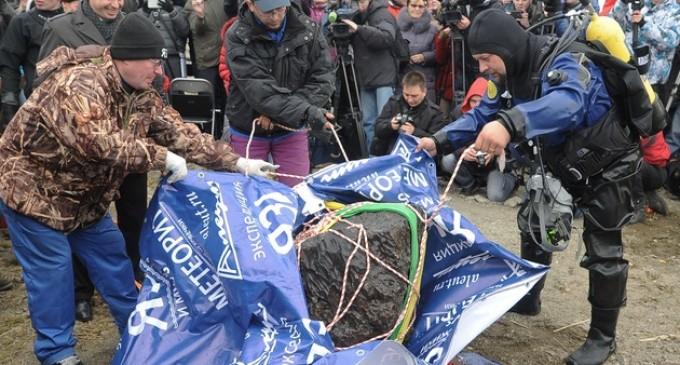 Recuperan del fondo de un lago ruso un trozo de meteorito de 470 kilos