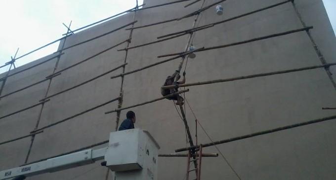 Cuerpo de Bomberos rescata a ciudadano de un cuarto piso.
