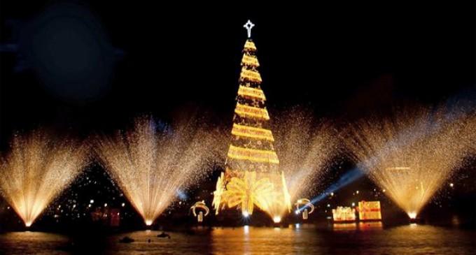 Encienden el árbol flotante de Navidad más alto del mundo