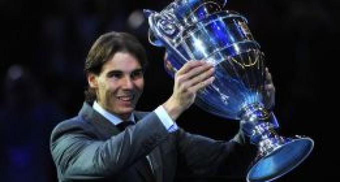 Nadal recibe el trofeo de número uno y ya copa todos los de ATP