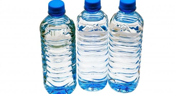 Beber agua embotellada podría causar daños importantes a la salud