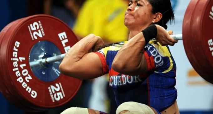 Escobar es triple medallista de oro en levantamiento de pesas