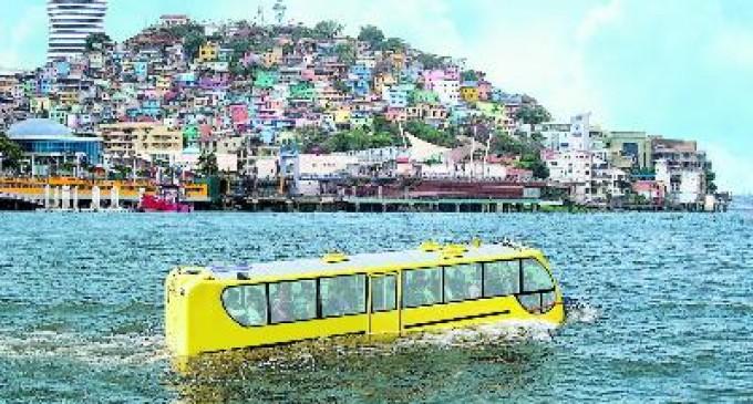 Un bus anfibio en el Guayas