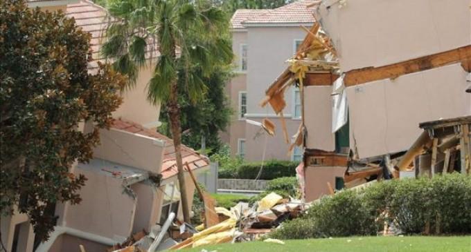Enorme socavón se traga dos casas en la Florida y continúa creciendo