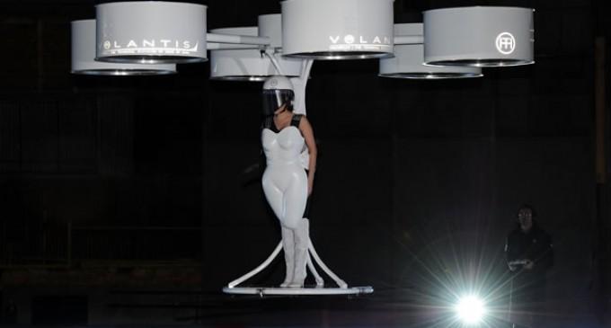 """Lady Gaga vuela con su nuevo vestuario para presentar """"Artpop"""""""