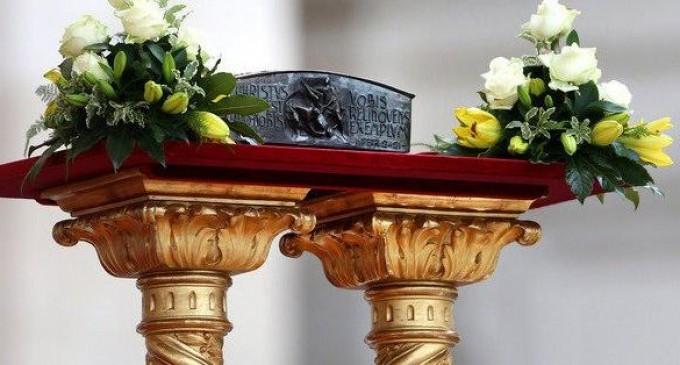 Vaticano muestra reliquias de San Pedro por primer vez