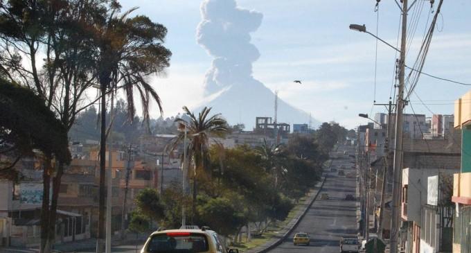 Volcán Tungurahua registra emisión de ceniza de 2 km