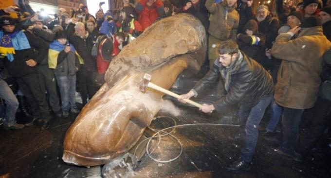 Los manifestantes derriban una estatua de Lenin en el centro de Kiev