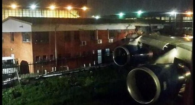 Choca avión contra edificio en aeropuerto de Johannesburgo