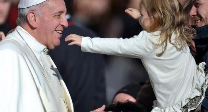 El Papa Francisco festeja su cumpleaños 77 celebrando su misa matutina.