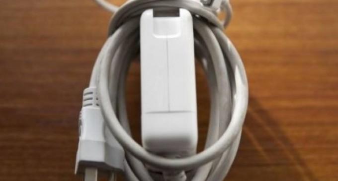 Por qué nunca debes enrollar el cable alrededor del cargador de tu notebook