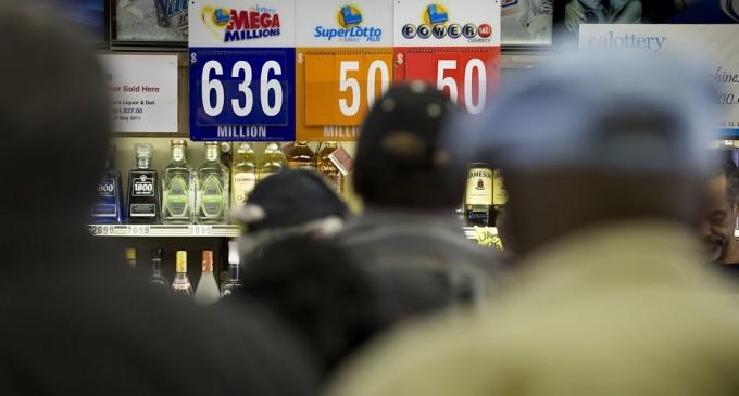 Dos personas ganan la lotería de 636 millones de dólares en EU