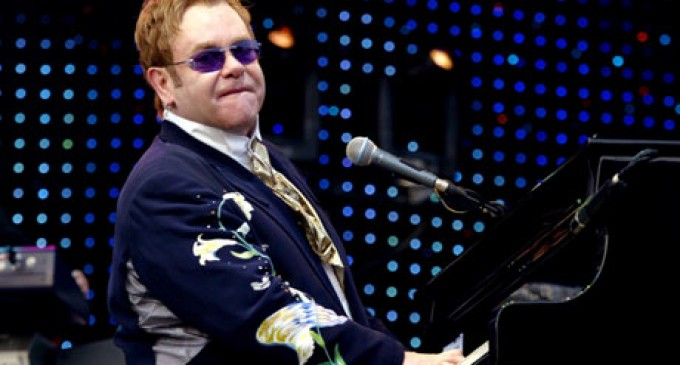 La capital ecuatoriana recibirá al artista británico Elton John