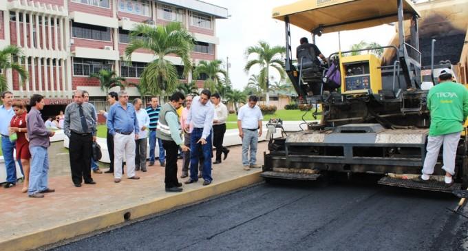 Asfalta vías internas en la Universidad de Quevedo
