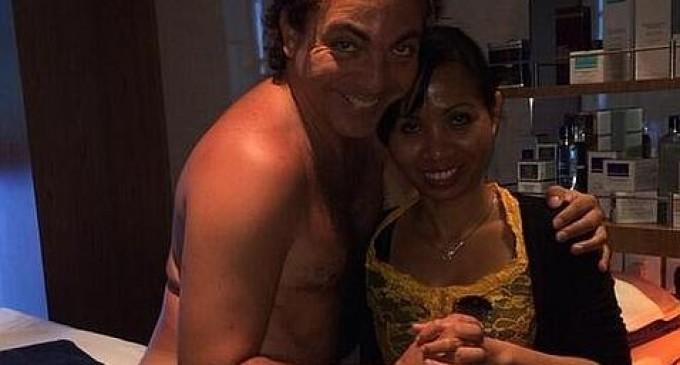 Cristian Castro, en tanga y abrazado a su masajista