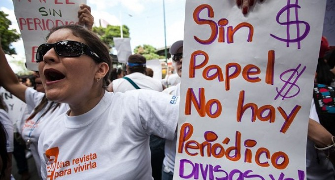 Centenares de personas protestan en Caracas por la falta de papel periódico
