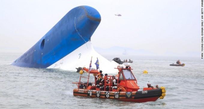Un barco con 459 pasajeros naufraga en Corea del Sur