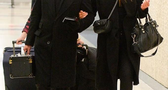 Luis Miguel se deja ver feliz con su novia en el aeropuerto de NY