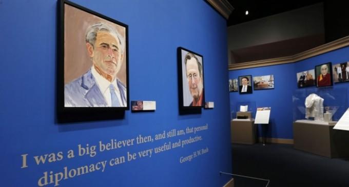 George W. Bush muestra su lado artístico con cuadros de líderes mundiales