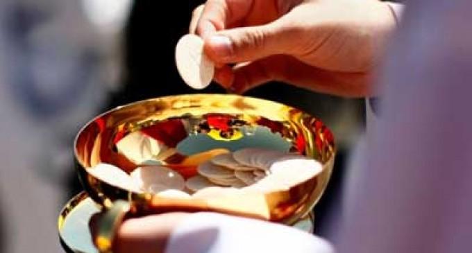 Mujer afirma que el papa le autorizó comulgar pese a casarse con divorciado