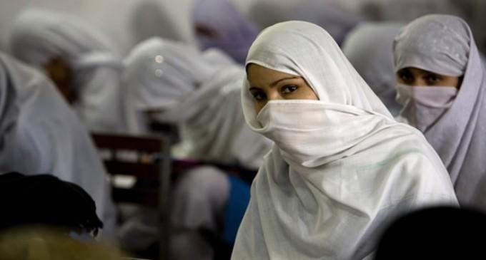 Una mujer embarazada muere apedreada por su familia en Pakistán
