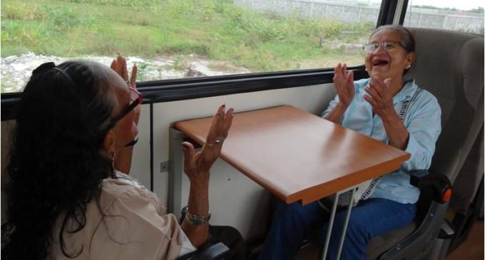 Adultos mayores viajan por tren