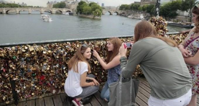París quiere cambiar los clásicos «candados del amor» por «selfies»