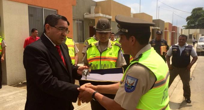 Ministerio del Interios , entrega vivienda a policías