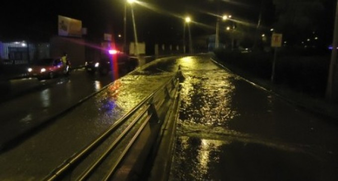 Desbordamiento del río Tomebamba afecta sectores en Cuenca