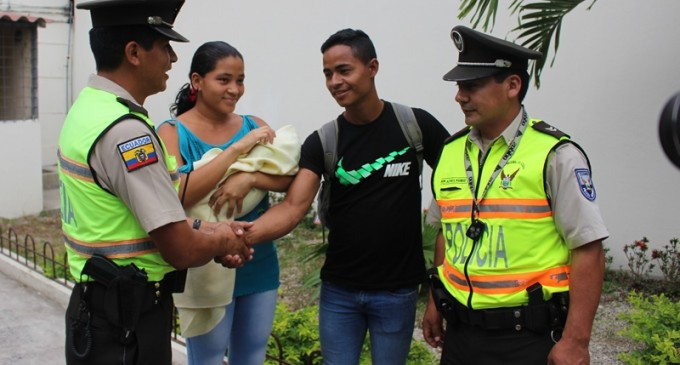 Bebé nació dentro de un patrullero de policía en Los Ríos