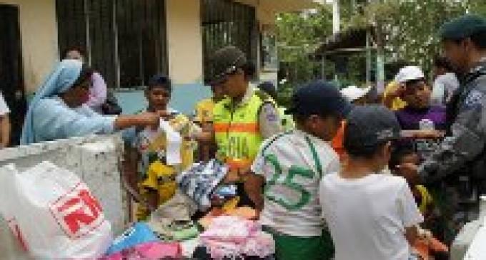 Policía regaló ropa  a los niños pobres