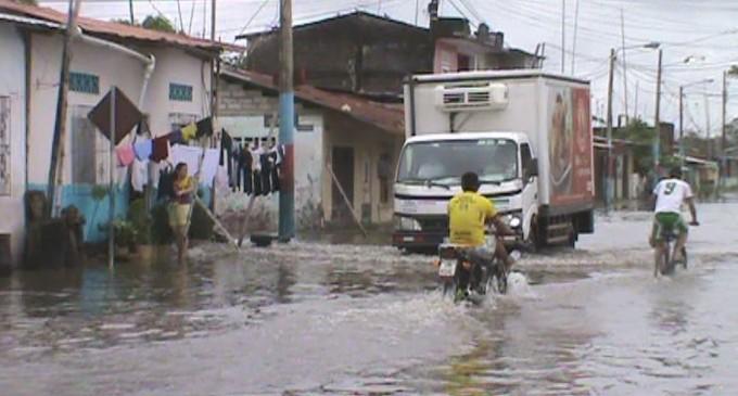 Escuela y calles anegadas en Baba