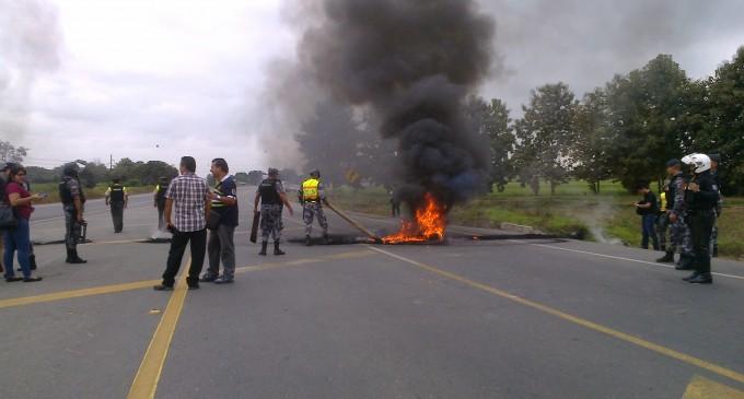Policía  desbloqueó carretera, tras dos horas de protestas de agricultores, en Babahoyo
