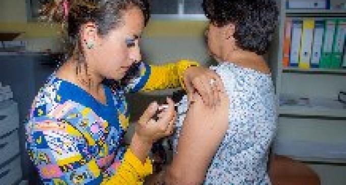 Cinco grupos de atención prioritaria reciben vacunación contra la influenza estacional