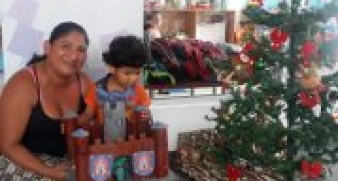 Padres de familia elaboraron los regalos de navidad para sus hijos