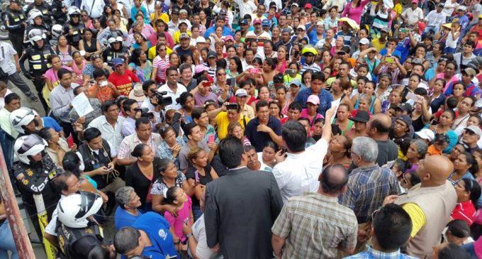 Manifestación exigiendo relleno hidráulico en bypass de Babahoyo