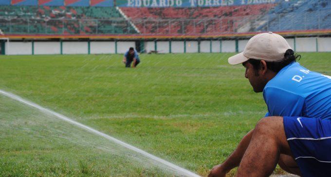 cancha y baños del estadio Rafael Vera Yépez.