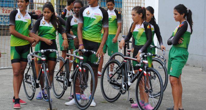 Jóvenes reciben implementos para prácticas de ciclismo