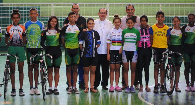 Implementos deportivos de Federíos, fueron bendecidos por arzobispo Marco Pérez