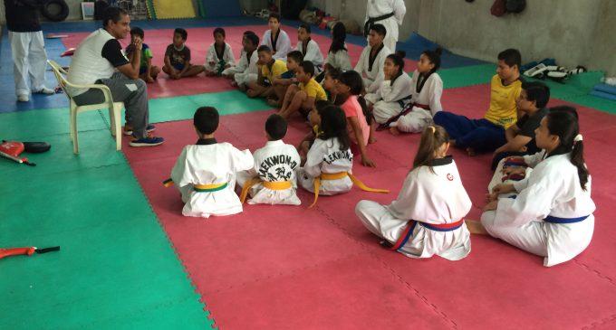 Entregan implementos deportivos a disciplina de tae kwon do