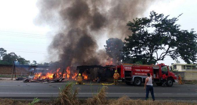 Incendio consume 3 casas en su totalidad