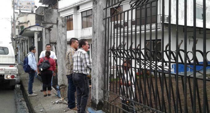 Retiran cerramiento de una casa que ocupaba la línea de fábrica